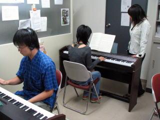 ピアノの練習風景(教職資料室)その3