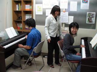ピアノの練習風景(教職資料室)その2