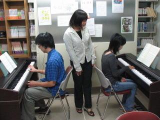 ピアノの練習風景(教職資料室)その1