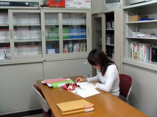 教職資料室で参考資料を閲覧中。